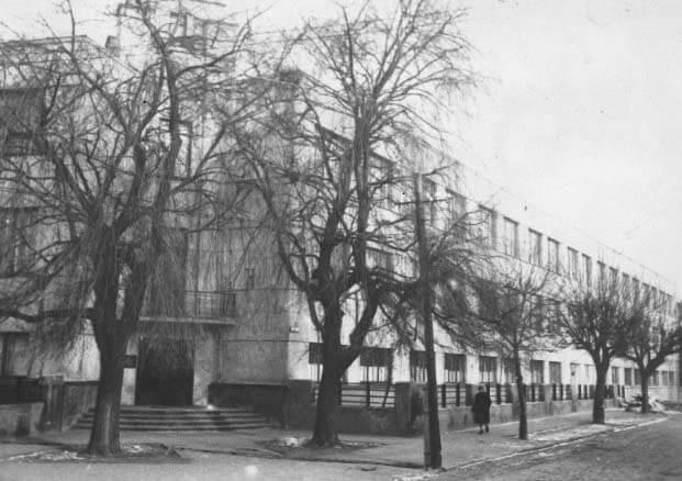 1965 m. iškyla pirmasis mokyklos priestatas